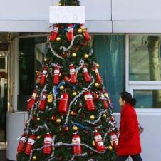소화기로 장식한 소방서의 크리스마스 츄리