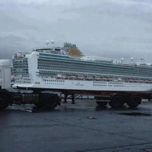 거대한 배를 실고